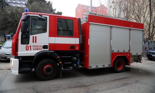 Пожар горя в столичен хотел, пострада огнеборец