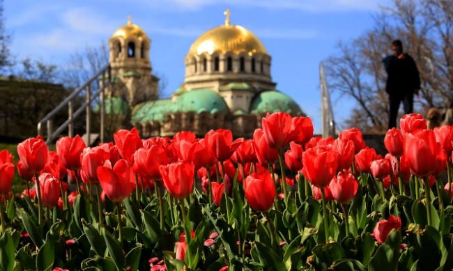 Мият пространствата около храмове и църкви за Великден
