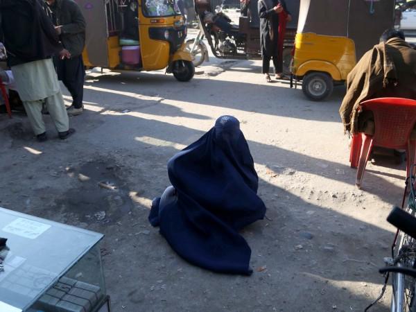 Кадри на жена, която крещи за милост, докато върху гърба