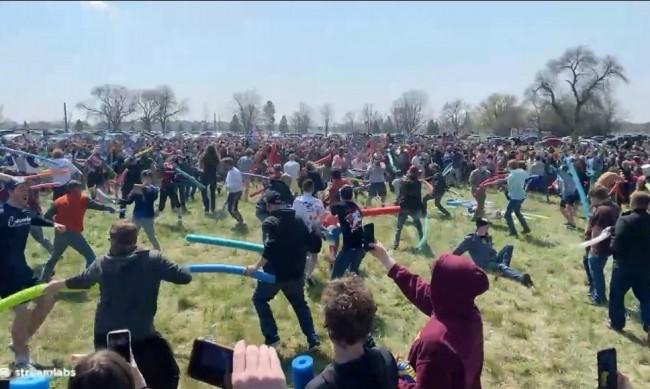 Битката на Джош Суейн: Как една шега събра хиляди хора в Небраска