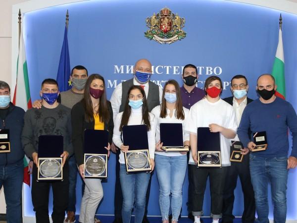 Министърът на младежта и спорта в оставка Красен Кралев връчи