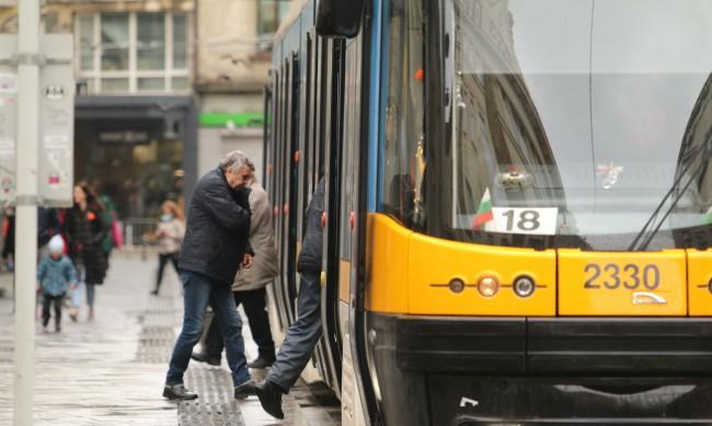 Шофьорите на градския транспорт продават билети от утре