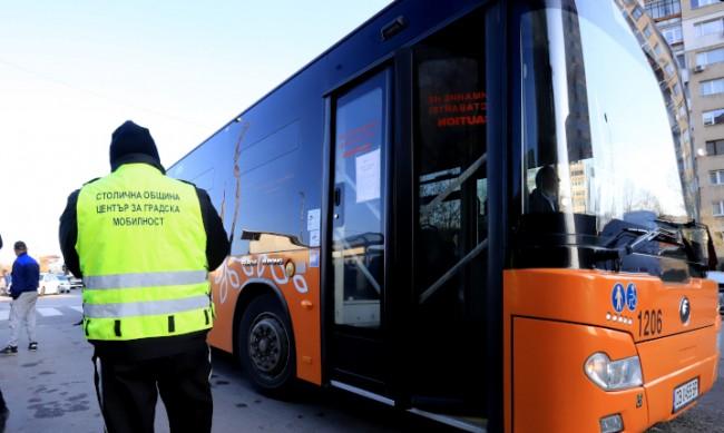 От днес и шофьорите продават билети в София