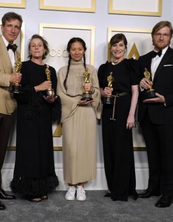"""Мода на """"Оскар""""-ите : На червения килим с кроксове и маратонки"""