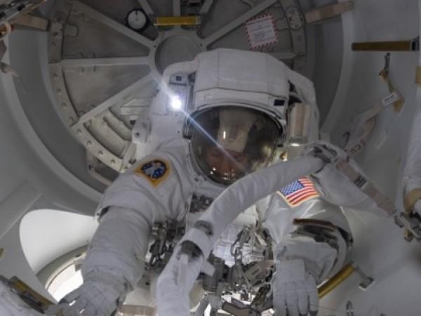 """Космическата капсула на """"Спейс Екс"""" се отдели от Международната космическа"""