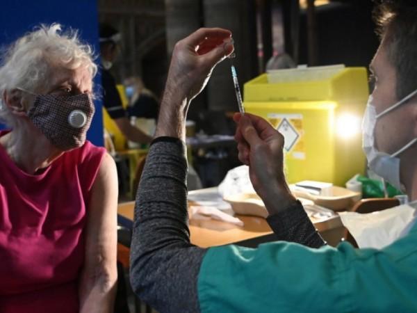 Трета доза ваксина срещу коронавирус през есента ще бъде предложена