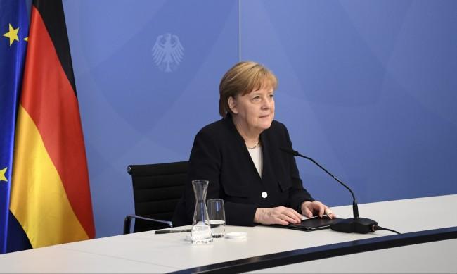 Меркел се отдава на разходки сред природата след политиката