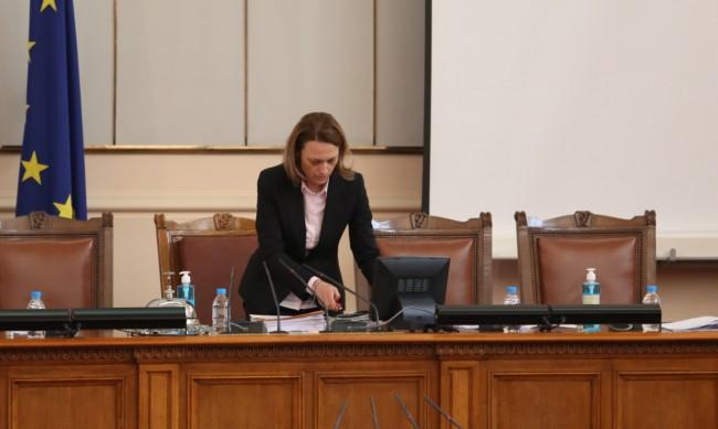 Скандал в парламента за пенсиите: Ива Митева прекрати заседанието