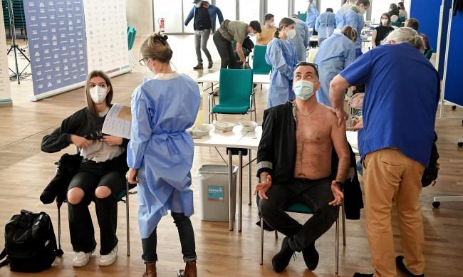 Ваксинираните и прекаралите COVID-19 без вечерен час в Германия
