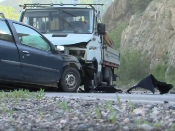 Шофьор на автомобил е в болница след челен удар с
