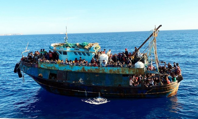 Лодки със стотици мигранти пристигнаха на остров Лампедуза