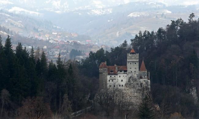 """Вместо ухапване от вампир, доза от """"Пфайзер"""" в замъка на Дракула"""