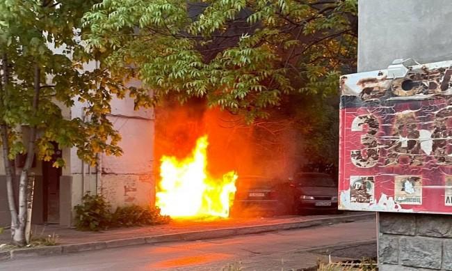 """Две коли изгоряха в жк """"Борово"""" в София"""