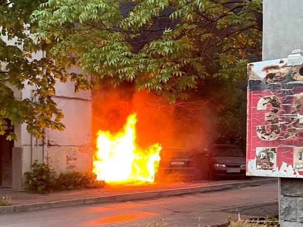 """Два паркирани автомобила се запалиха в района на бул. """"Гоце"""