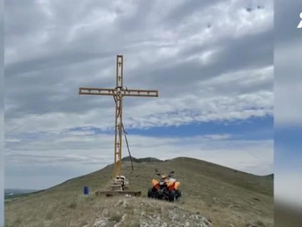 Неизвестни извършители откраднаха 7-метров кръст в пазарджишкото село Синитово. Символът