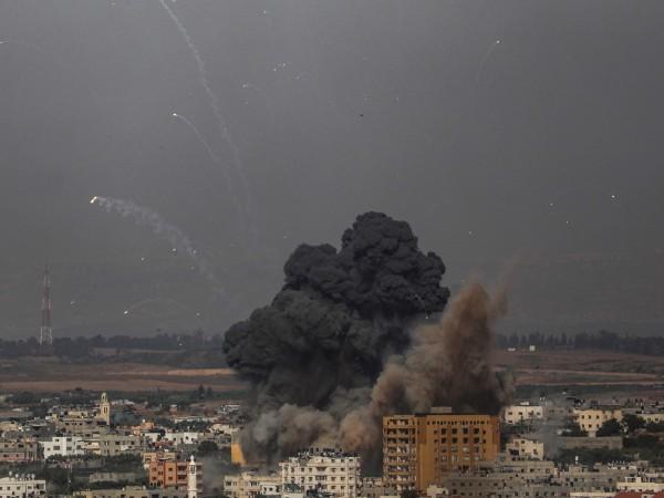 """Израел и палестинската групировка """"Хамас"""" подновиха въздушните удари. В Тел"""
