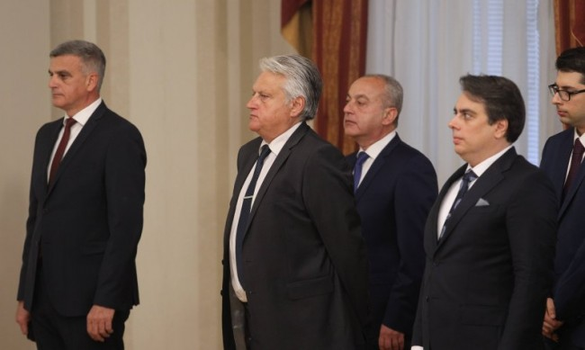 Предаването на властта без медии, новите обещаха прозрачност