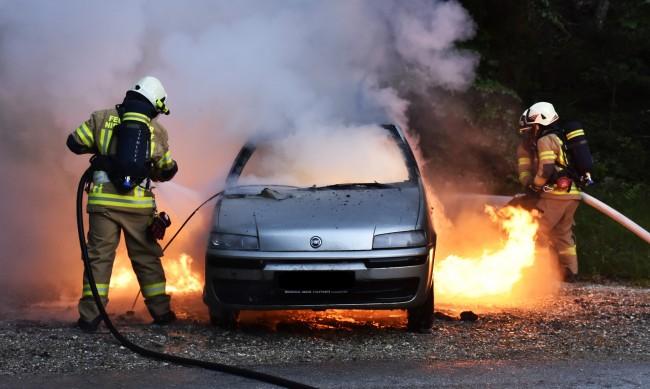 Кола се запали край Девин заради късо съединение