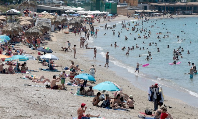 Гърция приема туристи, облекчава мерките