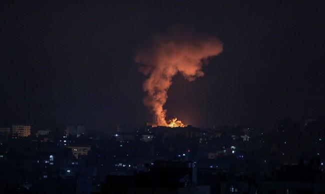 Две майки от двете страни за ужаса в Израел и ивицата Газа