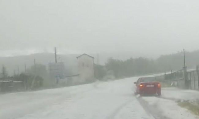 В кадър: Силна градушка удари по пътя  пътя Черноочене - Хасково