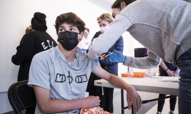 Унгария започна да ваксинира тийнейджърите между 16 г. и 18 г.
