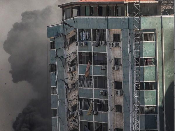 Израелски въздушен удар разруши 11-етажна сграда в град Газа.В нея
