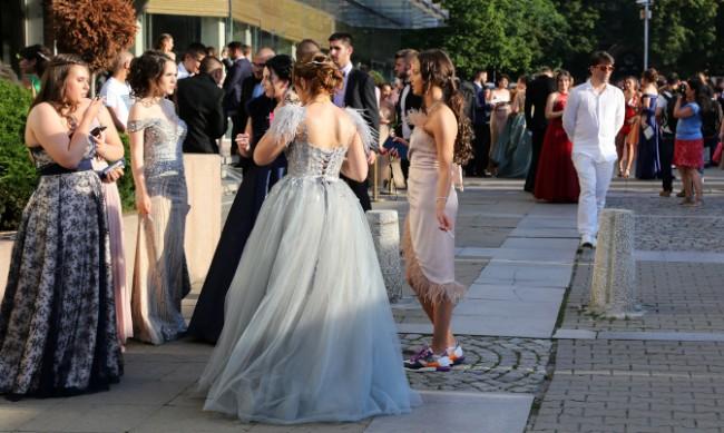 Младежи подаряват рокли и костюми на абитуриенти в нужда