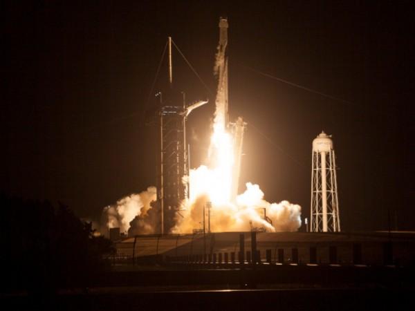 """SpaceX изстреля ракетата """"Falcon 9"""" с 52 микросателита """"Starlink"""", както"""