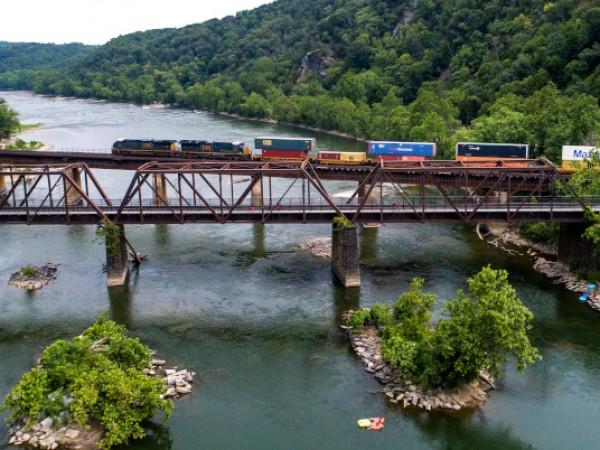 Товарен влак, превозващ запалими вещества, дерайлира близо до Сибли, щата