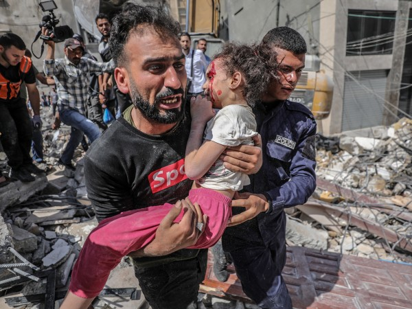 Малко момиче от Газа е оцеляло след израелски въздушен удар,