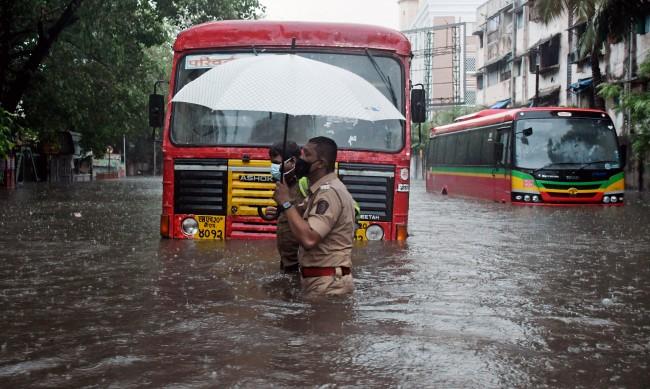 Циклонът Тауктае удари Индия с пориви на вятъра до 185 км/ч