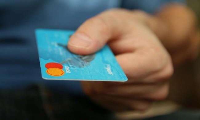 41-годишен, пазарувал незаконно с банковите карти на две жени