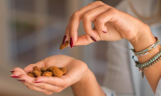 Маникюри 2021 - какво представлява формата на бадем?
