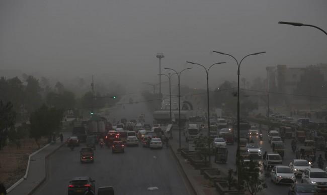 Тайфун връхлетя Пакистан, загина дете