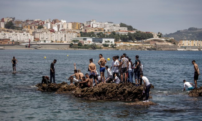 Заради прегръдка на мигрант: Заплахи към служителка на Червения кръст