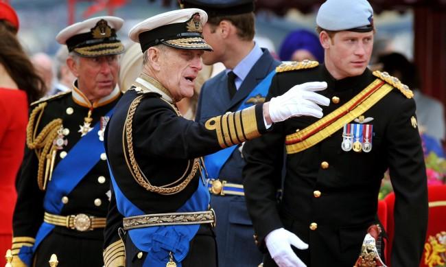 Кралски биограф разкри как принц Хари наранява баща си