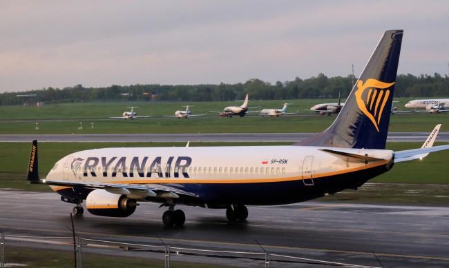 """Беларус ще разследва принудителното кацане на самолет на """"Райънеър"""""""