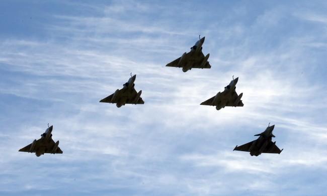 Какво се случва, когато военен самолет прихване пътнически във въздуха?
