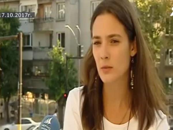 Лорина Камбурова губи родителите си в ранна детска възраст. Майка