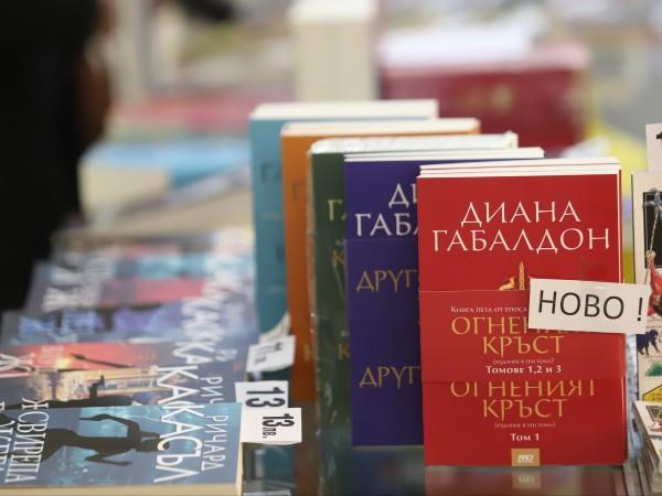 В София започна пролетният базар на книгата. Хиляди книжни изкушения