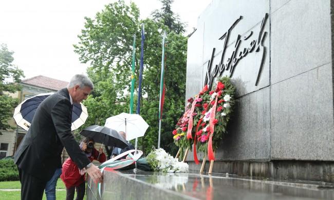 Стефан Янев отдаде почит пред подвига на Христо Ботев във Враца