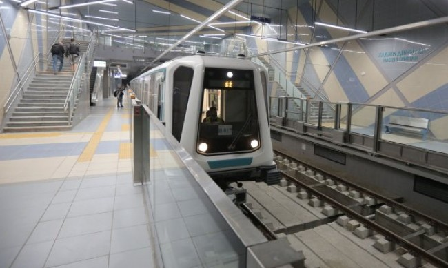 Като на празник: Деца се учиха да карат метро