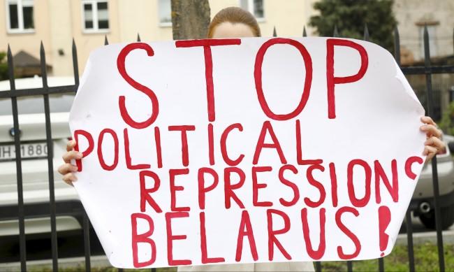 Беларуски опозиционер се намушка във врата в съдебната зала