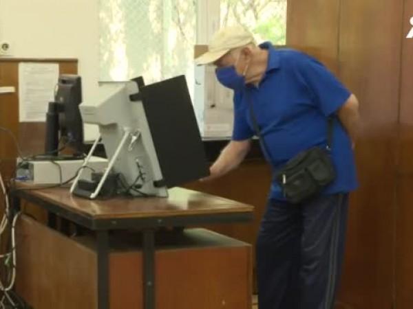 Централната избирателна комисия проведе експериментално гласуване с машини в три
