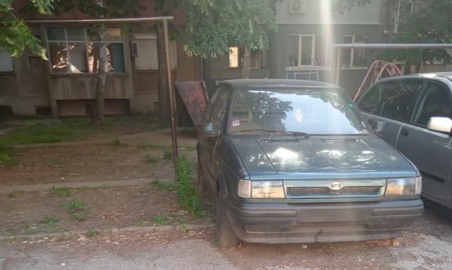 """HelpBook сигнали: Изоставени коли, неправилно паркиране в район """"Витоша"""""""