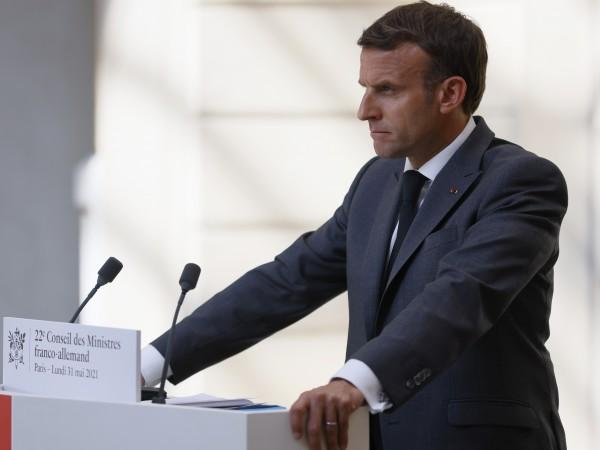 Мъж удари шамар на френският президент Еманюел Макрон по време