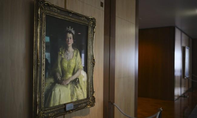 Абсурд или не? Свалиха портрет на кралицата в Оксфорд