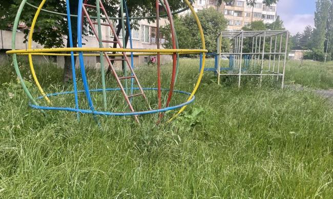 Детски площадки в София: Занемарени, със счупени люлки и неокосена трева