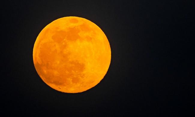 Сенатор предложи промяна на орбитата на Луната в борбата с климатичните промени